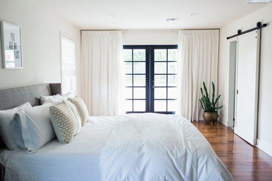 Phòng ngủ tối tăm trở nên thanh lịch, sáng sủa sau cải tạo 2