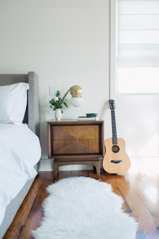 Phòng ngủ tối tăm trở nên thanh lịch, sáng sủa sau cải tạo 3