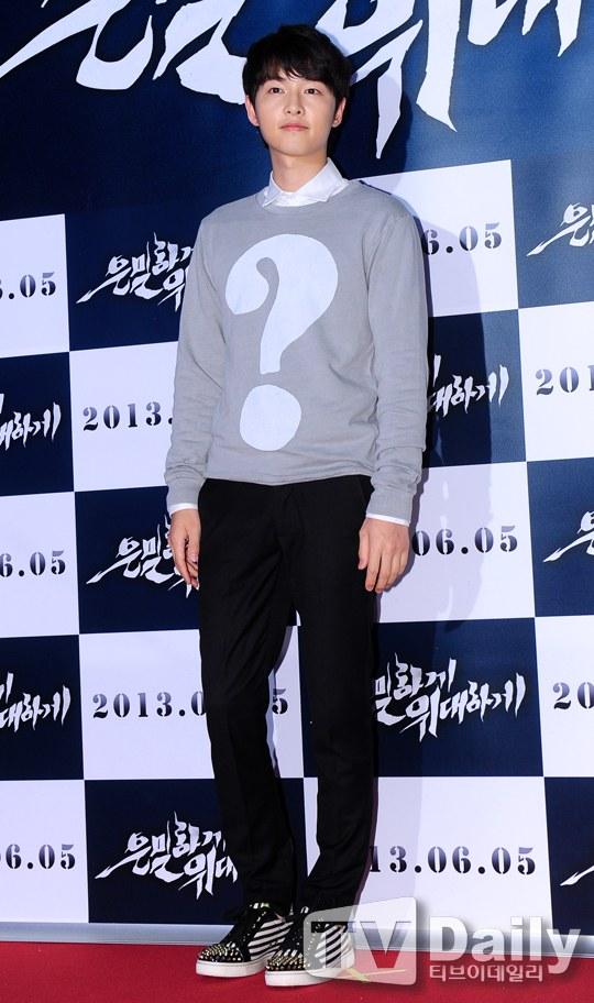 """Bae Yong Joon bất ngờ tái xuất với mái tóc """"nghệ sĩ"""" 15"""