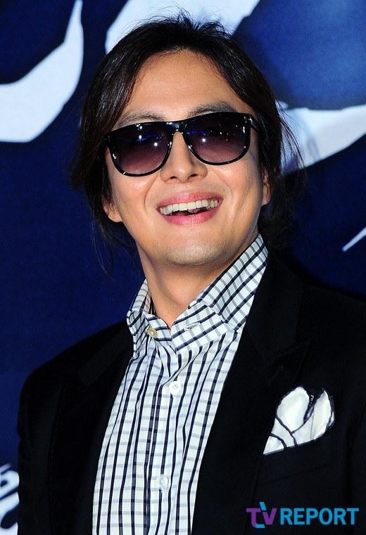 """Bae Yong Joon bất ngờ tái xuất với mái tóc """"nghệ sĩ"""" 7"""