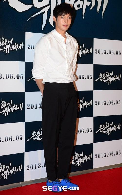 """Bae Yong Joon bất ngờ tái xuất với mái tóc """"nghệ sĩ"""" 24"""