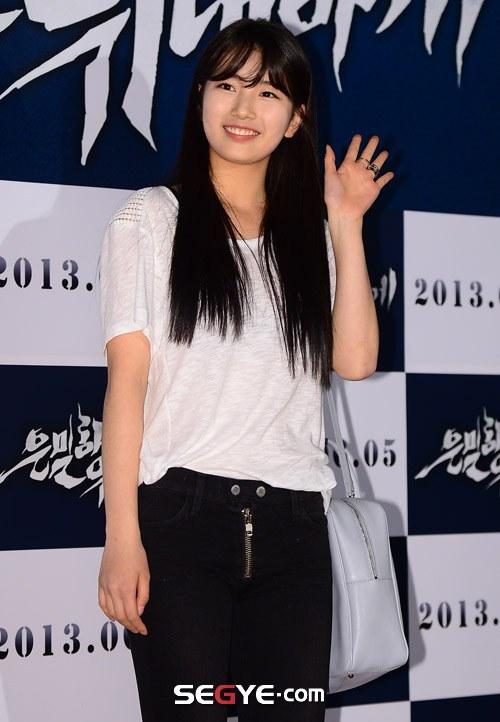 """Bae Yong Joon bất ngờ tái xuất với mái tóc """"nghệ sĩ"""" 10"""