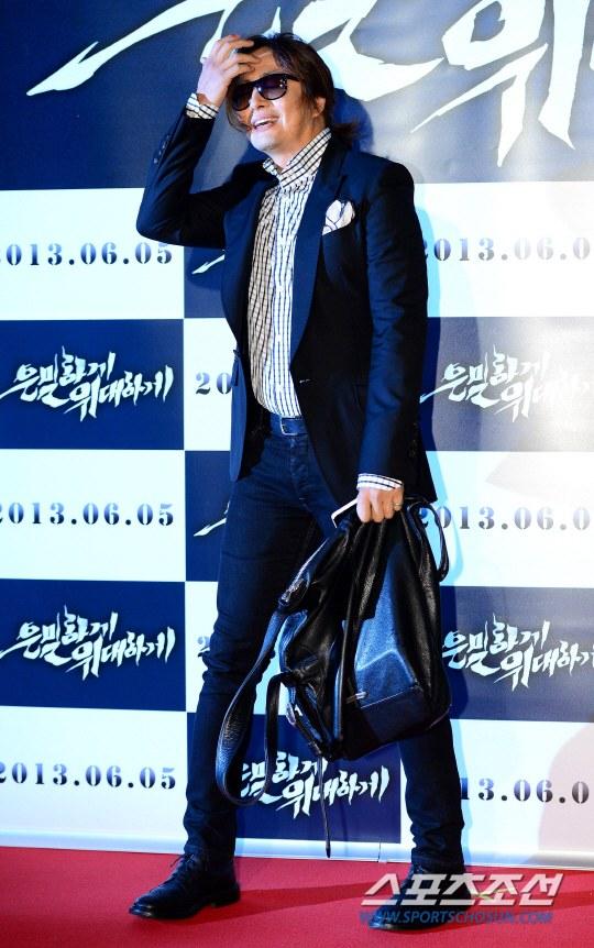"""Bae Yong Joon bất ngờ tái xuất với mái tóc """"nghệ sĩ"""" 3"""