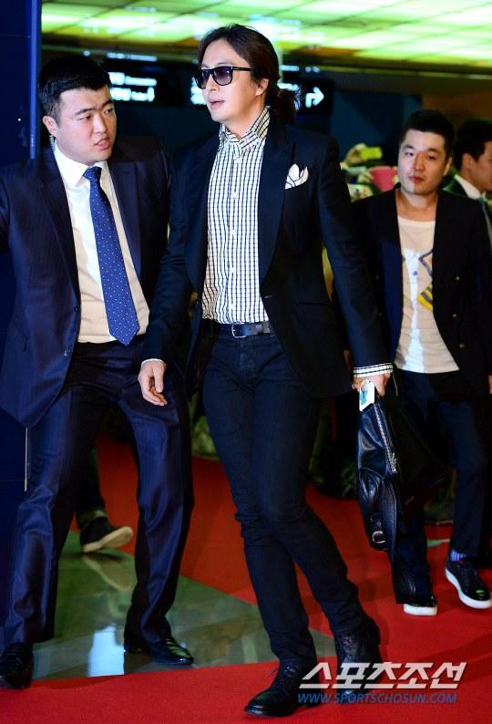 """Bae Yong Joon bất ngờ tái xuất với mái tóc """"nghệ sĩ"""" 1"""