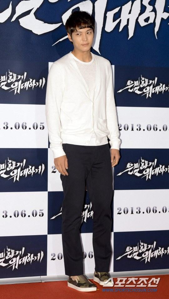 """Bae Yong Joon bất ngờ tái xuất với mái tóc """"nghệ sĩ"""" 12"""