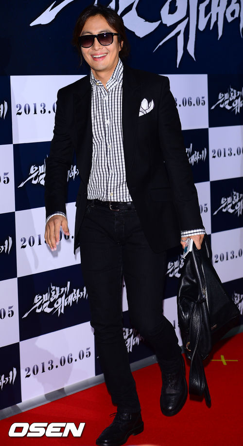 """Bae Yong Joon bất ngờ tái xuất với mái tóc """"nghệ sĩ"""" 6"""