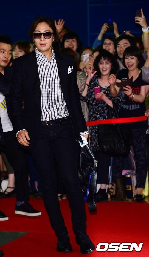 """Bae Yong Joon bất ngờ tái xuất với mái tóc """"nghệ sĩ"""" 2"""