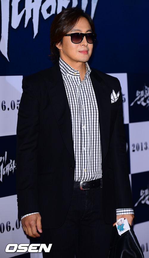 """Bae Yong Joon bất ngờ tái xuất với mái tóc """"nghệ sĩ"""" 5"""