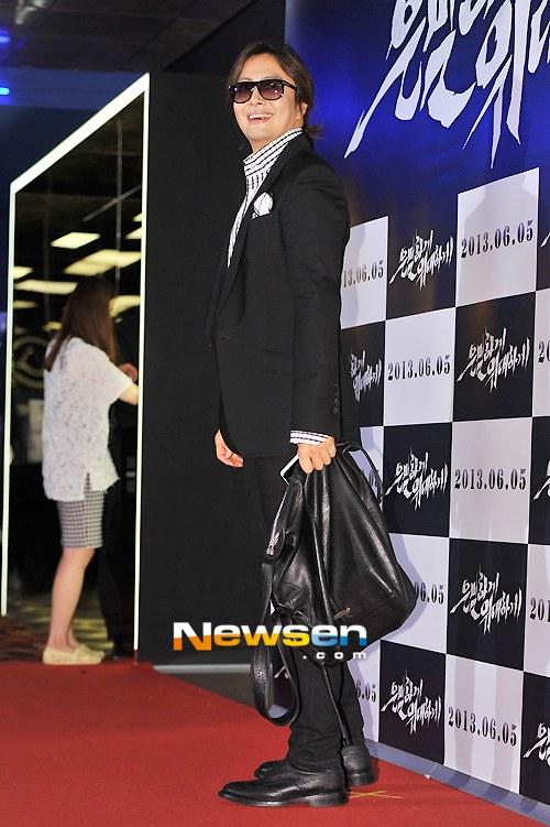 """Bae Yong Joon bất ngờ tái xuất với mái tóc """"nghệ sĩ"""" 4"""