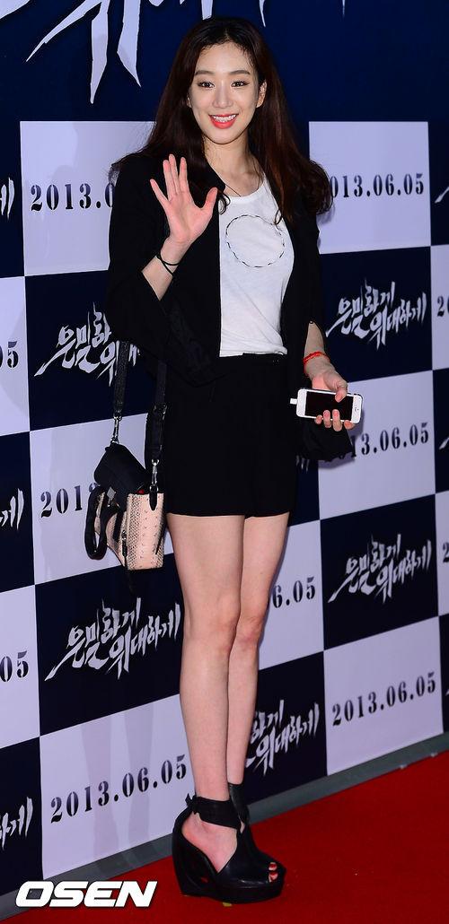 """Bae Yong Joon bất ngờ tái xuất với mái tóc """"nghệ sĩ"""" 23"""