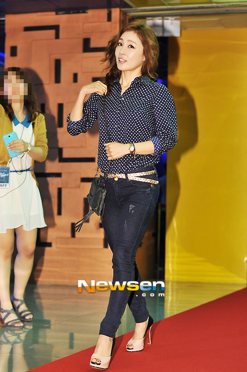 """Bae Yong Joon bất ngờ tái xuất với mái tóc """"nghệ sĩ"""" 25"""