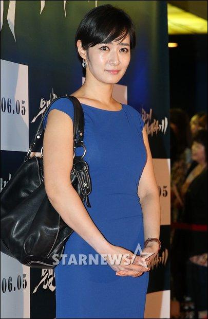 """Bae Yong Joon bất ngờ tái xuất với mái tóc """"nghệ sĩ"""" 26"""
