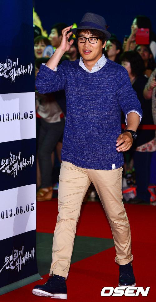"""Bae Yong Joon bất ngờ tái xuất với mái tóc """"nghệ sĩ"""" 21"""