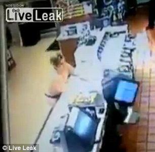 """Cô gái trẻ """"thoát y"""", đập phá trong cửa hàng McDonald 2"""