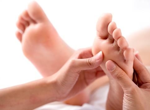 4 động tác mát-xa chân cho mẹ bầu bị phù nề, chuột rút 1