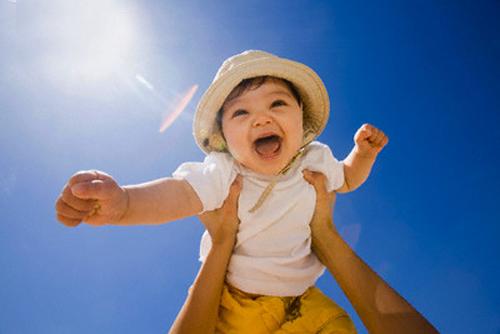 Tắm nắng cho bé: Nhiều điều bác sĩ tiết lộ khiến bạn ngỡ ngàng! 1