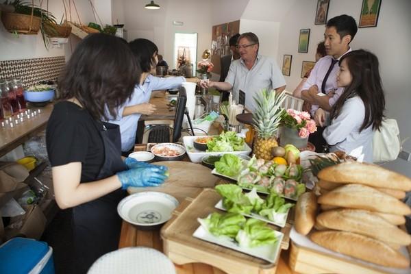 Vân Trần - Cô gái bỏ việc để đi bán bánh mì Việt nổi tiếng khắp London 14