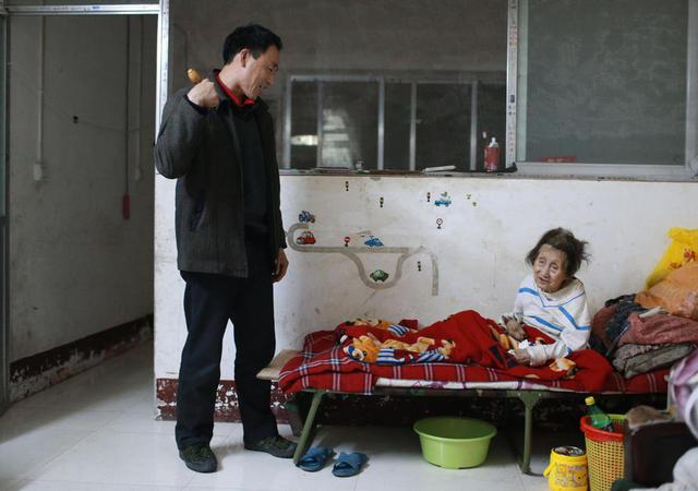 cảm động người đàn ông hiếu thảo cõng mẹ bại liệt đi tìm việc_2