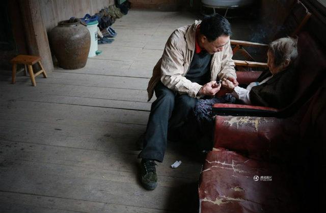 cảm động người đàn ông hiếu thảo cõng mẹ bại liệt đi tìm việc_6