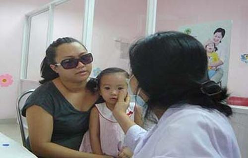 Có nên đeo kính râm khi bị đau mắt đỏ? 1