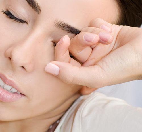Tổng kết 10 thói quen làm hại đôi mắt bạn 1