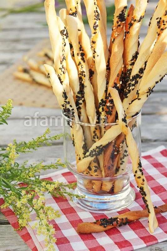 Tự làm bánh mỳ que giòn rụm thơm ngon 11