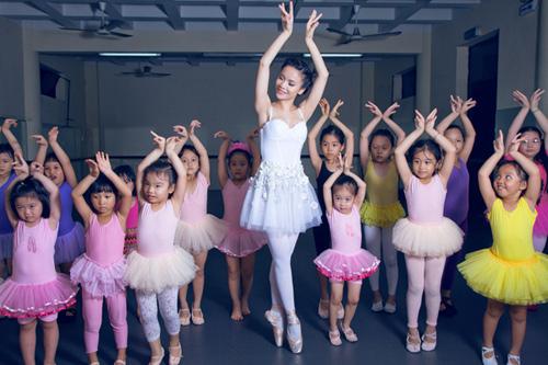 Yến Trang cúi đầu ngưỡng mộ tài năng BNHV nhí 8