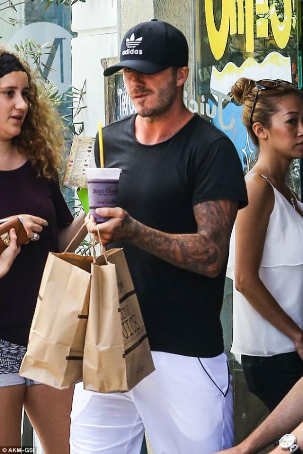 Victoria Beckham lần đầu bị bắt gặp ăn uống ngoài đường 1