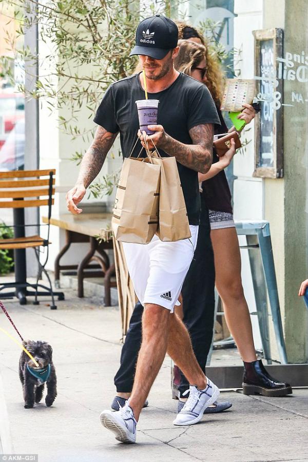 Victoria Beckham lần đầu bị bắt gặp ăn uống ngoài đường 2