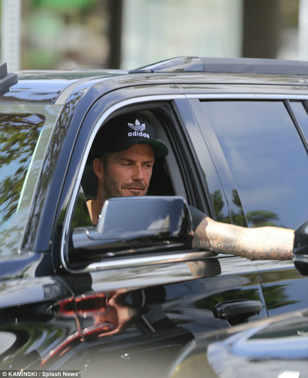 Victoria Beckham lần đầu bị bắt gặp ăn uống ngoài đường 6