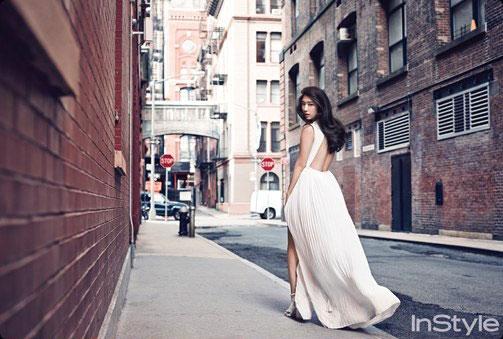 Park Shin Hye diện váy hở lưng trên đường phố Manhattan 1