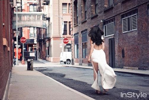 Park Shin Hye diện váy hở lưng trên đường phố Manhattan 2