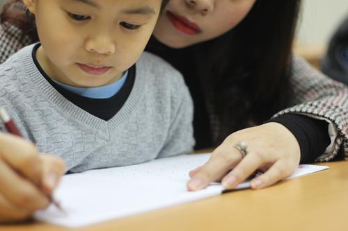 Mẹ Nhật bận cho con đi chơi, mẹ Việt bận luyện con viết chữ đẹp 1