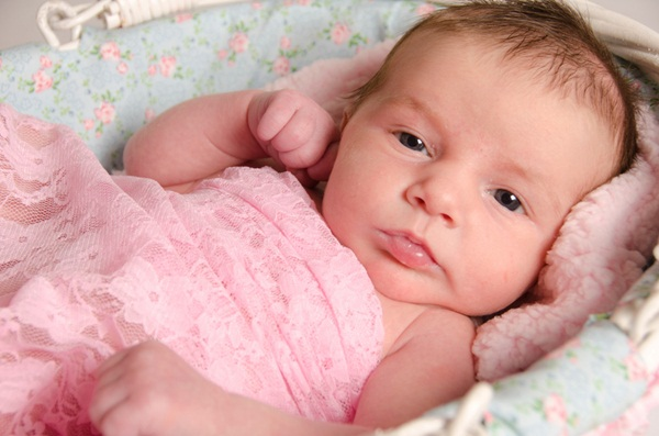 Hiện tượng bình thường ở bé gái sơ sinh