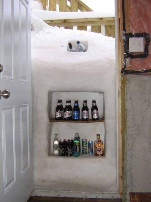Ý tưởng độc đáo biến đống tuyết ngoài cánh cửa thành tủ lạnh để bia 1
