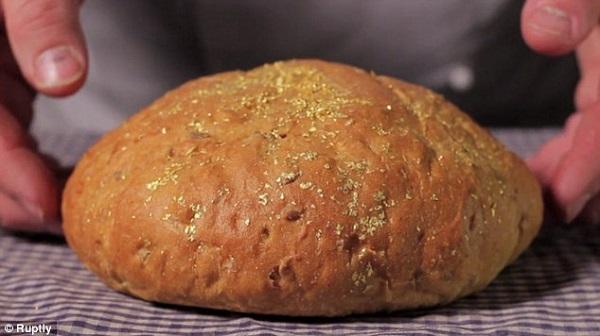 Ổ bánh mì đắt đỏ được bao phủ bởi... vàng 1