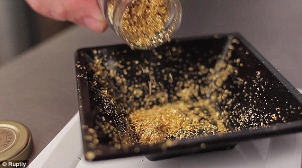 Ổ bánh mì đắt đỏ được bao phủ bởi... vàng 2