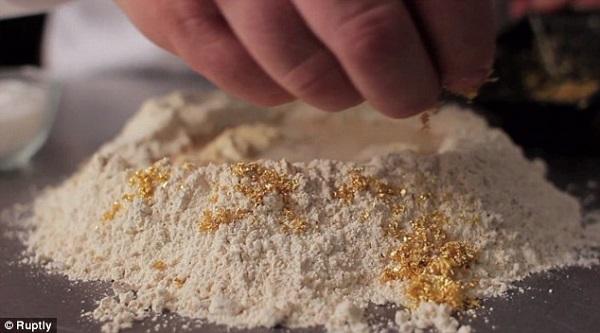 Ổ bánh mì đắt đỏ được bao phủ bởi... vàng 3