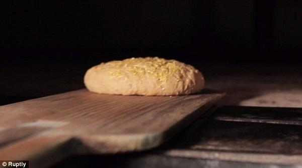 Ổ bánh mì đắt đỏ được bao phủ bởi... vàng 7