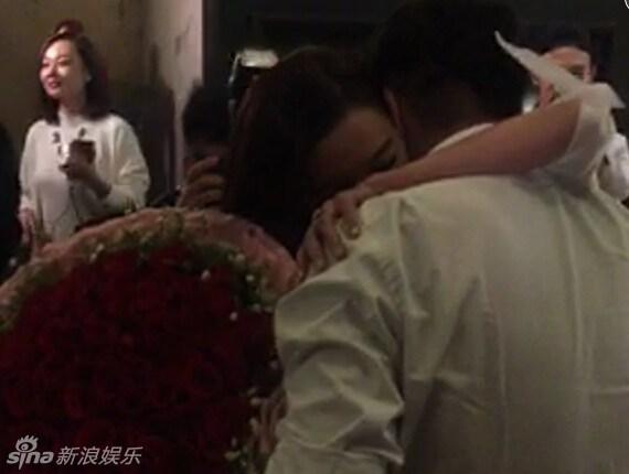 F4 Chu Hiếu Thiên vừa khóc vừa quỳ gối cầu hôn bà xã 1