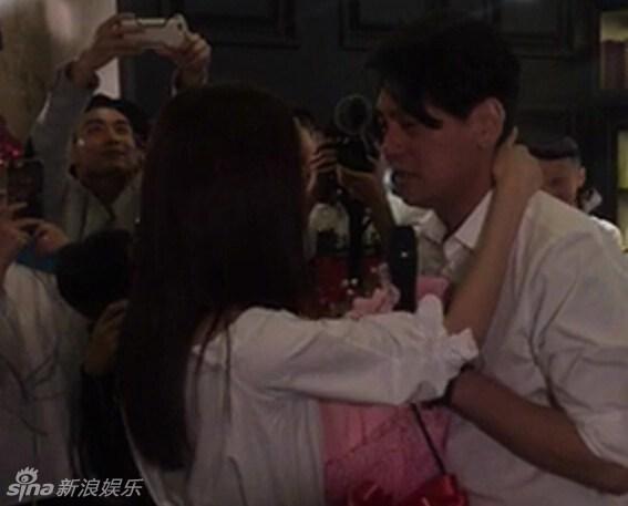 F4 Chu Hiếu Thiên vừa khóc vừa quỳ gối cầu hôn bà xã 2