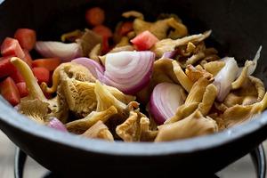 Canh đậu nấu nấm ấm lòng bữa tối mùa đông 3
