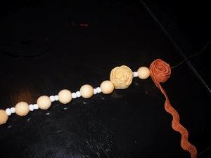 3 bước đơn giản xỏ vòng hạt gỗ và hoa ruy-băng 5