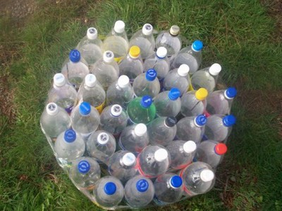 Cách tái chế vỏ chai nhựa thành bàn ghế đẹp lạ 4