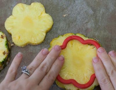 Cách cực dễ giúp chị em cắt tỉa trái cây thành bình hoa  8