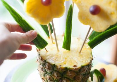 Cách cực dễ giúp chị em cắt tỉa trái cây thành bình hoa  12