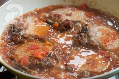 Bữa tối làm nhanh ăn ngon với sườn cốt lết xốt cà chua 15