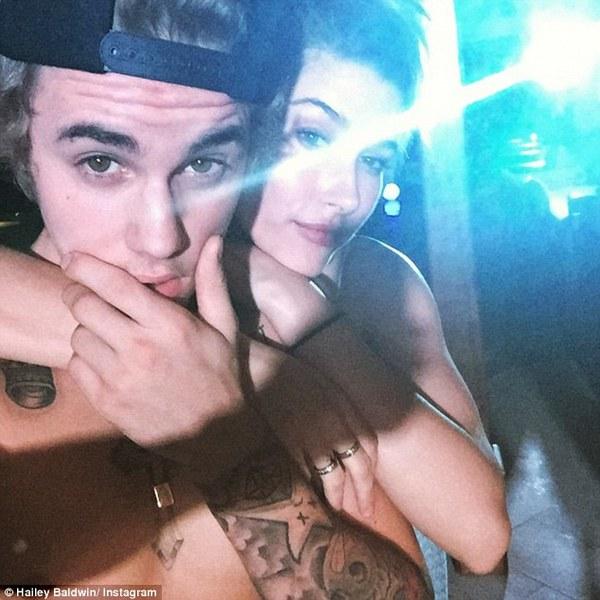 Justin Bieber cởi trần mừng sinh nhật bên bạn gái tin đồn 2