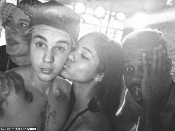 Justin Bieber cởi trần mừng sinh nhật bên bạn gái tin đồn 3