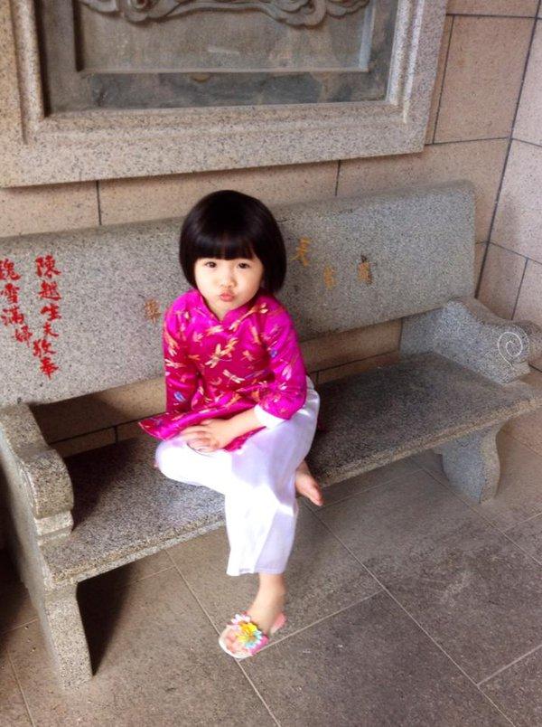 Con gái Thúy Nga mặc áo dài hồng dễ thương đi lễ chùa 6